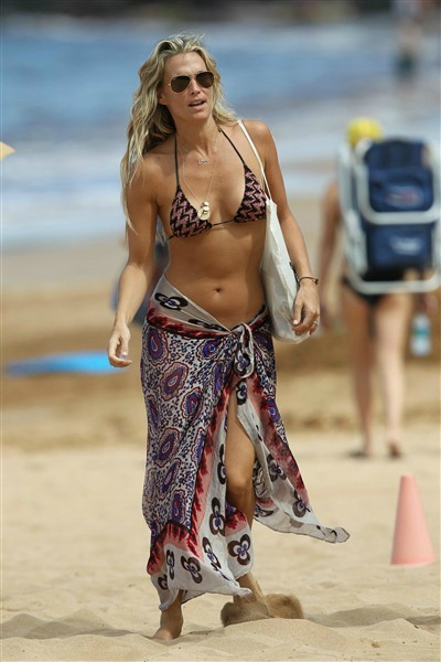 Molly Sims in Hawaii. See more photos of stars on the beach on Wonderwall: on-msn.com/GMQ5VE