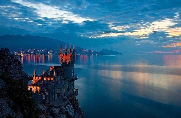 Ласточкино гнездо, Крым.   Ласточкино гнездо – это место, куда приезжают многочисленные туристы в течение всего календарного года. Располагается оно на Крымском полуострове, видом напоминает средневековый замок, в тоже время является маленьким дворцом.   http://karta-kryma.com/dvorcy-kryma/lastochkino-gnezdo  Если Вы хотите полюбоваться неповторимой красотой Крыма, то закажите у нас микроавтобус Ford Tranzit и мы отвезем Вас и Ваших друзей в любую точку Крыма. Количество мест 18. Справки…