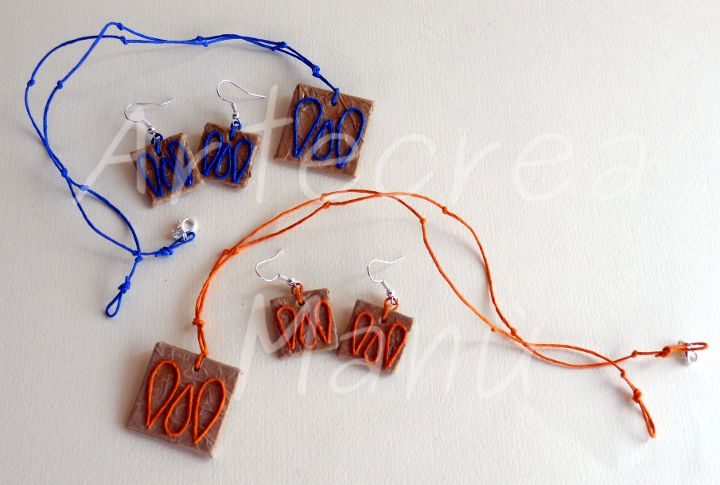 Collana e orecchini in carta naturale color avana, forma quadrata, decoro fili di carta blu e arancione.  Necklace and earrings in brown paper natural color, square shape, decoration paper wires blue and orange.  Art. GC03