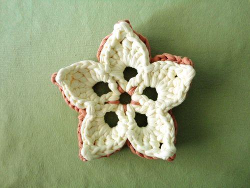 Flor de ganchillo hecha con trapillo
