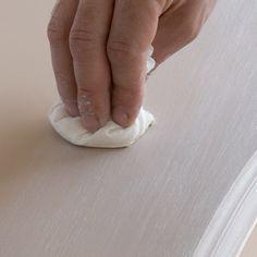 Pour faire régner un esprit cosy et avec des teintes douces dans votre home sweet home, lancez-vous dans la patine à l'ancienne de vos meubles. Voici nos modes d'emploi pour trois ...