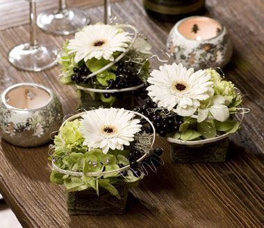 Benodigdematerialen:zelf dit bloemstukje maken  Vul wat kleine vierkante potjes met een blokje steekschuim of bekleed een kubus van steek...