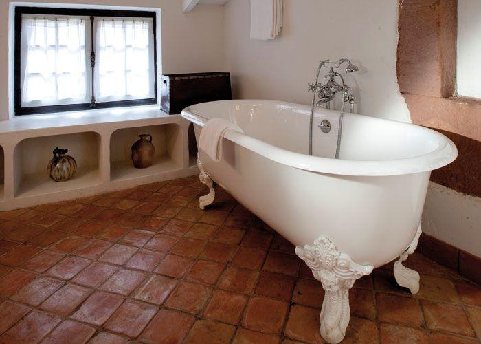 Las bañera de hierro con patas de garra son el máximo exponente del estilo retro en los baños