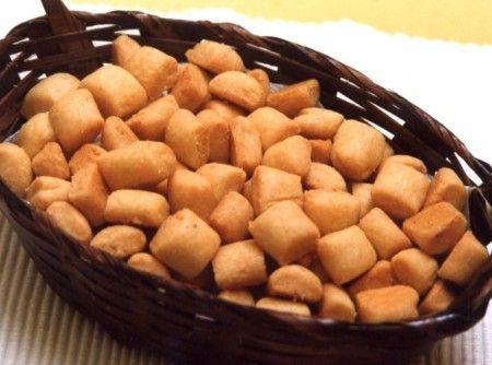 Receita de Biscoito de Queijo Parmesão - Misture todos os ingredientes numa vasilha e amasse bem. Coloque a massa em cima da mesa e vá enrolando com as mãos ...