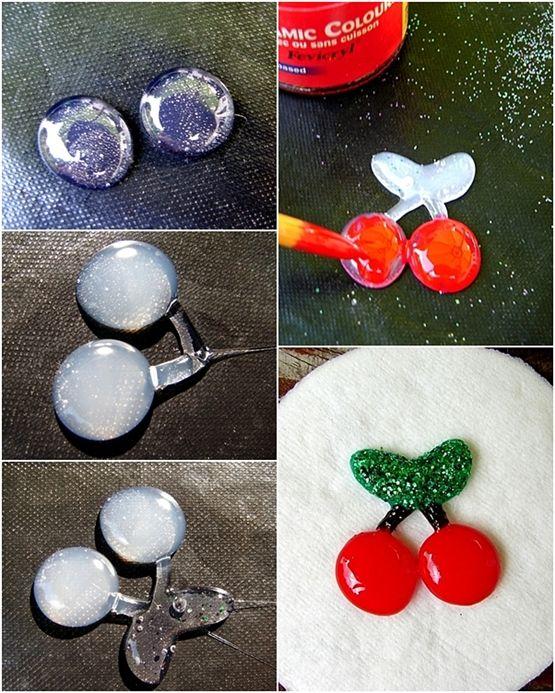 Pour fabriquer la cerise en colle, j'ai commencé par deux ronds de colle, attendre qu'ils refroidissent, faire les queues et attendre encore un instant, ensuite faire les feuilles. Peindre à la peinture pour verre à froid ou du vernis à ongles