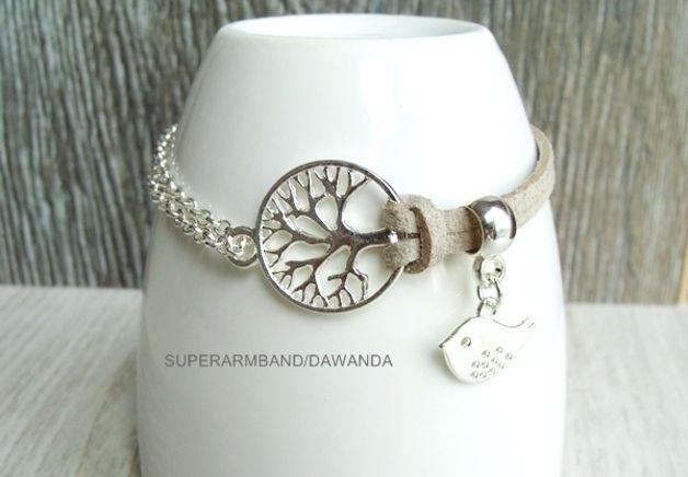 Elegante  Levensboom Armband in zilver elementen en Echt Suède leer koord. De armband met Levensboom is afgewerkt met sluitingen in de kleur zilver inclusief Levensboom Charm en met een kleine...
