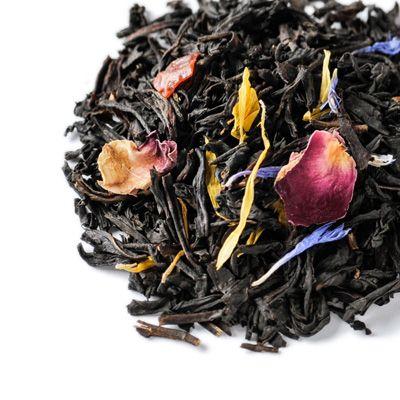 Lupicia - WEDDING 初々しくフルーティーな香りの紅茶に、ピンク、ブルー、イエローの花びらがたっぷり入った【ウェディング】。結婚式のフラワーシャワーをイメージした、とても華やかなお茶です。桃の香りをベースにミックスした甘くさわやかな風味は、くつろぎの時間におすすめ。幸せの贈り物にふさわしいWEDDINGラベルもご用意しています。