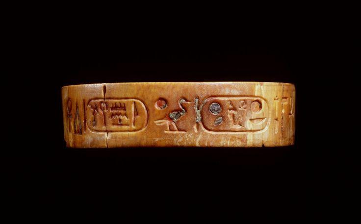 Armband; fragment; Nebmaatre; Amenhotep Hekawaset Inventarisnummer F 1986/9.3 Afdeling Egypte Objectnaam armband Materiaal ivoor ; pasta (groen) Afmetingen 8,5 x 2,2 x 0,5 cm Vindplaats Egypte Literatuur cat. Lunsingh Scheurleer, R.A. (ed.), 1984: Egypte eender en anders, Allard Pierson Museum, 80 nr. 153 met ill. H. D. Schneider, Life and Death (Perth 1997) nr. 152 J. Hendriks/C. Huygens (red.), Schitterend sieraad (Leiden 2007), 56-57 nr. 11 S. Binde Bron: Rijksmuseum van Oudheden, Leiden