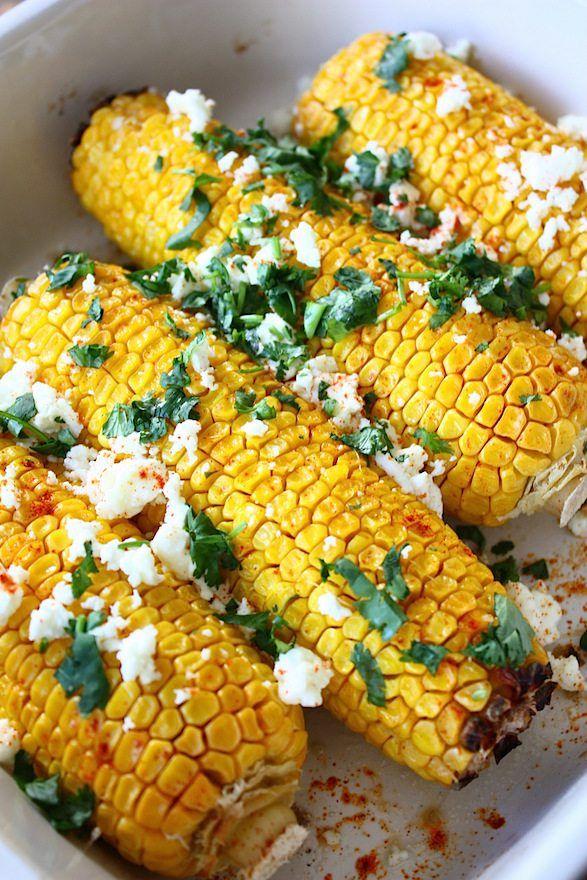 Een heerlijk bijgerecht wat je gemakkelijk in de oven kunt bereiden. Deze geroosterde mais met feta en koriander is een feest om te serveren.