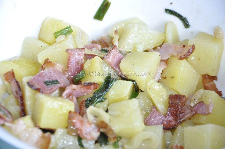 Ce ziceti de o salata satioasa, cu gust bogat ce face uitata vremea mohorata de afara? O mancarea simpla si reconfortanta.....