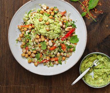 Matvete med blomkål är en matig, ljummen sallad toppad med knaprig mandel, rostade kikärter och avokadoröra. En fräsch dressing av lime, olivolja och mynta gör salladen extra pigg. Gott och lätt till middag!