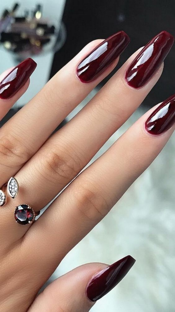 Trend Herbst Nägel: Weinrote Farbe Kunst entwirft Nägel