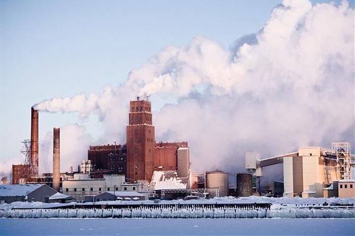 """Industria papelera """"Papiers Stadaco"""" en Quebec, Canadá.-"""
