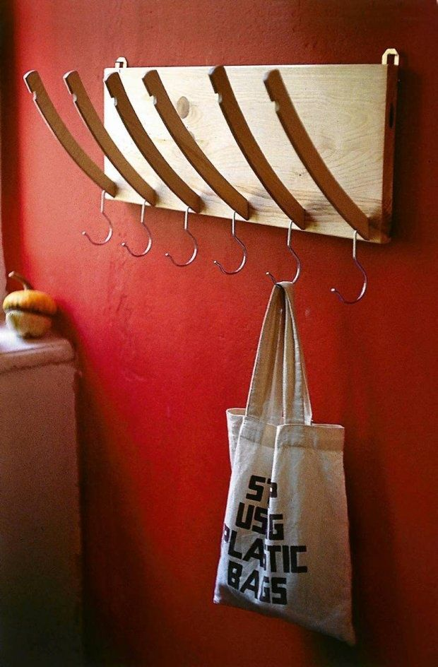 diy-garderobe-flur-kleiderbuegel-schneiden-wandhaken -