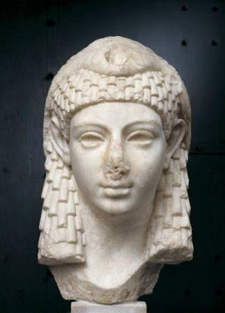 """La figura de Cleopatra y el arte de seducción, misterio e influencia que desplegó en Roma para conseguir su reinado en Egipto, conquistando primero a César y después a Marco Antonio, se recogen en la muestra """"Cleopatra e lincantesimo dellEgipto"""", que se exhibe en el Claustro del Bramante de Roma."""