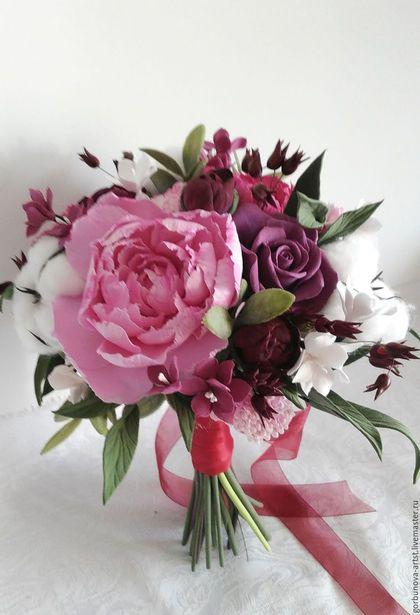 Купить или заказать Букет невесты из полимерной глины 'Багряный рассвет' в интернет-магазине на Ярмарке Мастеров. Это действительно роскошный букет ручной работы из полимерной глины, выполненный в тонах марсала. Нежный хлопок ручной работы прекрасно оттеняет роскошные пионы. Букет королевского размера 34 см. полуобхватъ Высота 30 см Каждый цветок в этом букете неповторим, со своим характером и оттенком. Этот свадебный букет олицетворение нежности, чистоты и хорошего вкуса.