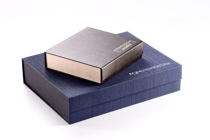 Caixa premium em capa dura e fechamento com ímã.