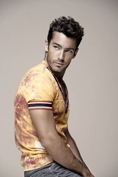 Although white guys are my weakness, Mexican actor Aaron Diaz is the exception to the rule.