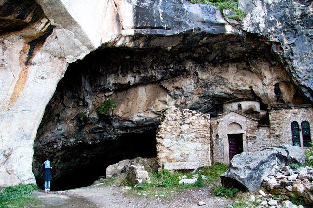 Τα… «στοιχειωμένα» μέρη στην Αθήνα – Η σπηλιά Νταβέλη, η βίλα του Ιόλα και το ΝΙΕΝ   Τρία γοητευ...