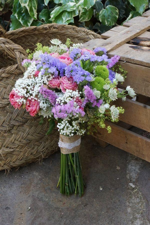 Ramo de novia con flores de pitiminí, siempre vivas y botón verde