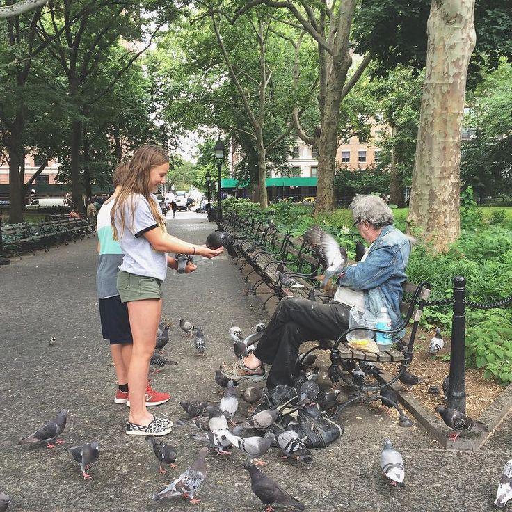 The homeless man who fed the animals in the park  [#travelmemories #newyork] In ogni viaggio ci sono momenti che ti restano nel cuore e che vanno oltre la semplice lista di cose da vedere e da fare. In ogni viaggio ci sono persone che incontri casualmente e che regalano sorrisi che ti restano dipinti sul viso per giorni e giorni e che ti arricchiscono. Oggi dedico un sorriso a lui probabilmente un senzatetto che ho incontrato nel cuore di Washington Square Park a New York mentre distribuiva…