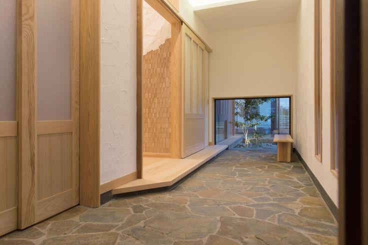庭から優しい光がこぼれる玄関土間。シューズクローク、リビング、和室へダイレクトにつながる。