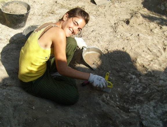 """Paola Ghigliordini - 26 anni, """"frascatana D.O.C."""", archeologa multitasking neo-specializzata. La vostra guida nell'invasione al misterioso complesso archeologico del Barco Borghese di Monte Porzio Catone, a due passi da Roma. #InvasioniDigitali"""