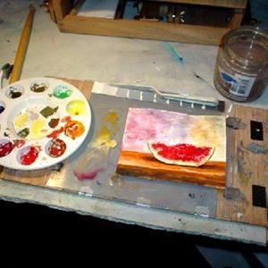 Kurz Vaječná tempera 1. júla (17:00 - 20:00) Maľovanie temperami na drevený podklad za pomoci vaječnej emulzie, ktorú si spolu namiešame. Zoznámime sa s jednou z najstarších techník v dejinách maľby vôbec. Vaječná emulzia je výborná prísada do vodou riediteľných farieb, vďaka ktorej získame nielen krásny lesk, ale aj hĺbku a osobitý vzhľad, s konzerváciou bez nežiaduceho popraskania. Trošku si povieme o histórii, vysvetlíme si techniku a predovšetkým si to vyskúšame :-)