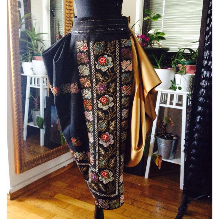 #WorkInProgress in the #SandraGalan #atelier. ‎ #Draping #process #craft #vintage #metallic #floral #embroidery #gold #silk #mannequin #bespoke #skirt #design ‪