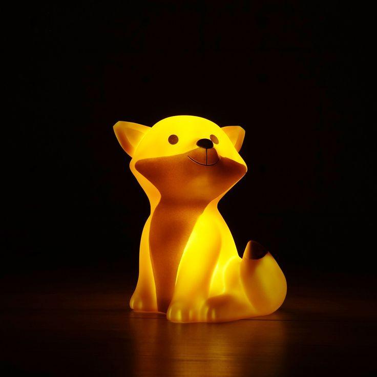 Die Fuchs-Leuchte in fuchsigem Orange mit dem naseweisen Füchslein, das nicht dunklen Tann, sondern trautes Heim erhellt.