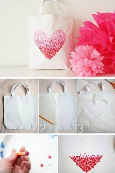 Bolsa con corazón degradado. Sólo necesitas una bolsa de tela blanca, lápiz, pinturas y una plantilla    #Regalo #Amor #Manualidades