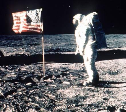 Neil Armstrong: nos ORDENARON alejarnos de la LUNA por presencia EXTRATERRESTRE | Mundo Insólito