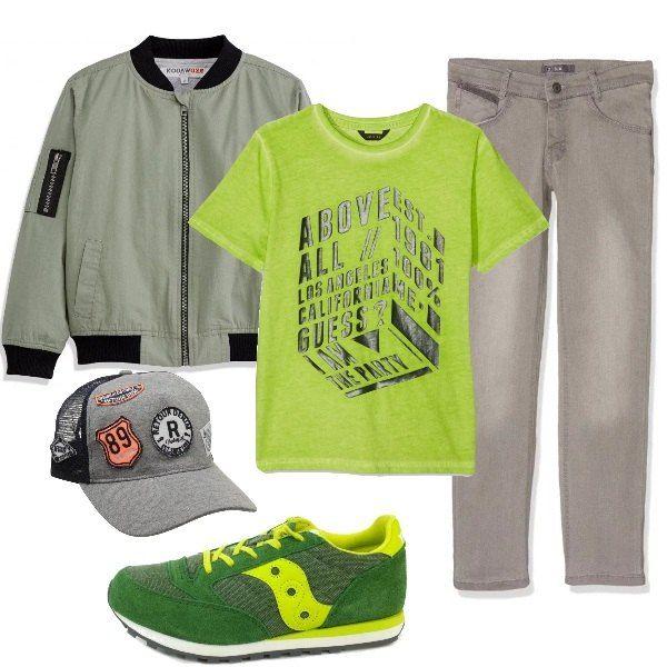 Outfit pensato per un ragazzo della scuola media: T-shirt verde, maniche corte e stampa a contrasto, jeans elasticizzati, bomber di cotone, profilato in maglia, sneakers alla moda e berretto con visiera.
