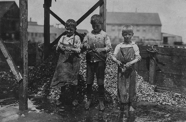 В 1908 году социолог и фотограф Льюис Хайн был нанят Национальным комитетом детского труда США, чтобы изучить непростые условия, в которых приходилось жить и работать детям по всей стране. Детям приходится работать в отвратительных условиях — с первых лет жизни они привыкли к антисанитарии и учатся выживать, зарабатывая на хлеб.