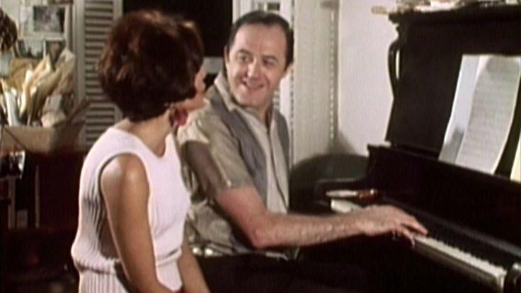 Dans une ambiance décontractées, Pauline Julien demande à Raymond Lévesque de lui interpréter quelques-unes de ses chansons.