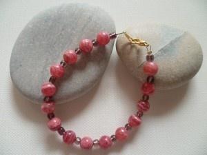 Agathe et Chloé, bracelet monté sur fil câblé, fermoir mousqueton en métal de couleur doré.  Perles en pierres fines naturelles d'Agathe teintée et perles de rocaille.