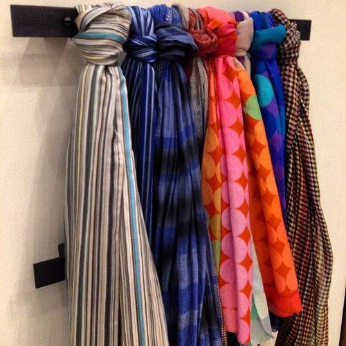 plus de 1000 id es propos de ranger ses foulards et charpes sur pinterest. Black Bedroom Furniture Sets. Home Design Ideas