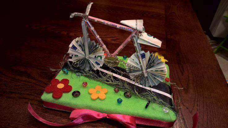 Geldgeschenk zweckgebunden. Aus Geldscheinen hergestelltes Fahrrad