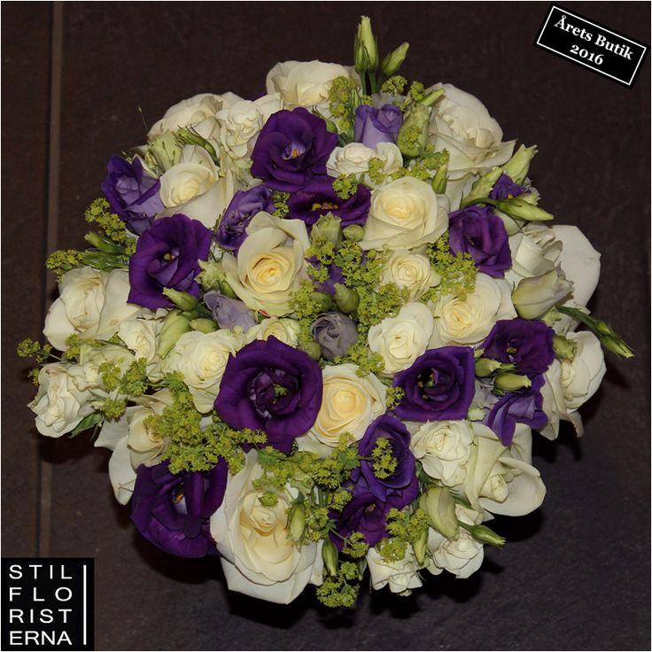 Handbunden brudbukett i lila och cremevitt.