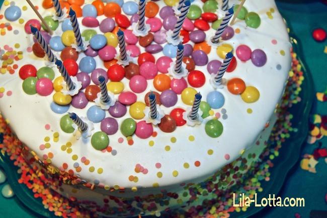 Kuchen mit Smarties dekoriert für den Kindergeburtstag