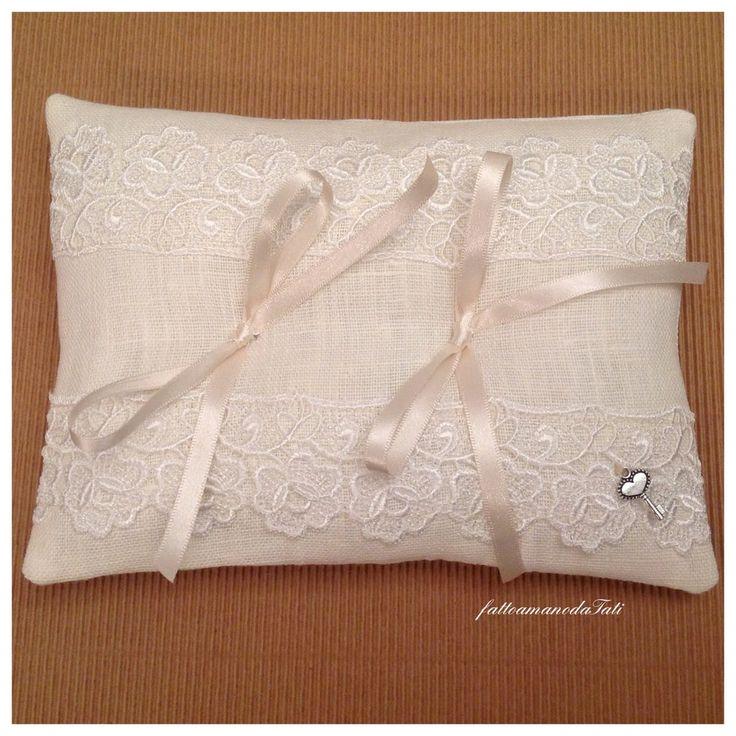 Cuscino portafedi in lino bianco con pizzo, by fattoamanodaTati, 26,00 € su misshobby.com
