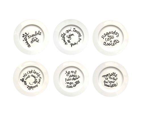 sei piatti bianchi con al centro delle scritte in nero in lingua francese