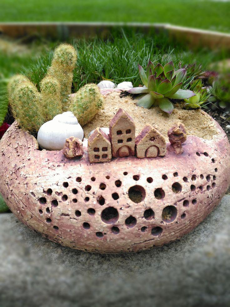 Minizahrádka+-+U+nás+na+vsi+III.+minizahrádka+pro+váš+stůl+,dům+i+zahradu.+Možno+použít+venku+i+uvnitř,+pro+suchou+i+čerstvou+květinovou+výzdobu.Vyrobeno+z+šamotky,+páleno+na+1220+st.+zatřeno+oxidem+železa,+přírodní+vzhled.+Možno+dokoupit+i+aromalampu+v+podobném+stylu.+velikost25/26/11+cm