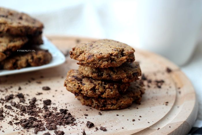 WOOOOOHOOO Het is eindelijk weer tijd voor een recept! En jawel, een koekjes recept. Want daar houd ik van! Chocolate chip koekjes die glutenvrij en suikervrij (met wat aanpassingen) zijn! Oftewel: voor verschillende leefstijlen en diëten toegestaan! Wat heb je nodig voor zo'n 14 koekjes? 120 gram amandelmeel /volkoren bloem (niet glutenvrij)/rijstebloem/spelt (niet glutenvrij)/rogge(niet glutenvrij) …