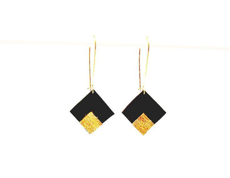 Boucles d'oreilles cuir noir et doré style dormeuses carrés graphiques géométriques : Boucles d'oreille par by-nat-m