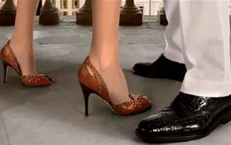 Vett egy pár új cipőt, de mikor hazaért, rájött, hogy túl szűk, így tágította ki!