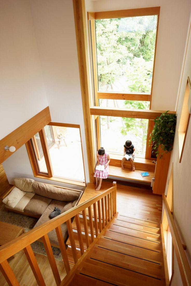 読書コーナーのある階段(逗子の家―気持ちの良い場所)- リビングダイニング事例|SUVACO(スバコ)