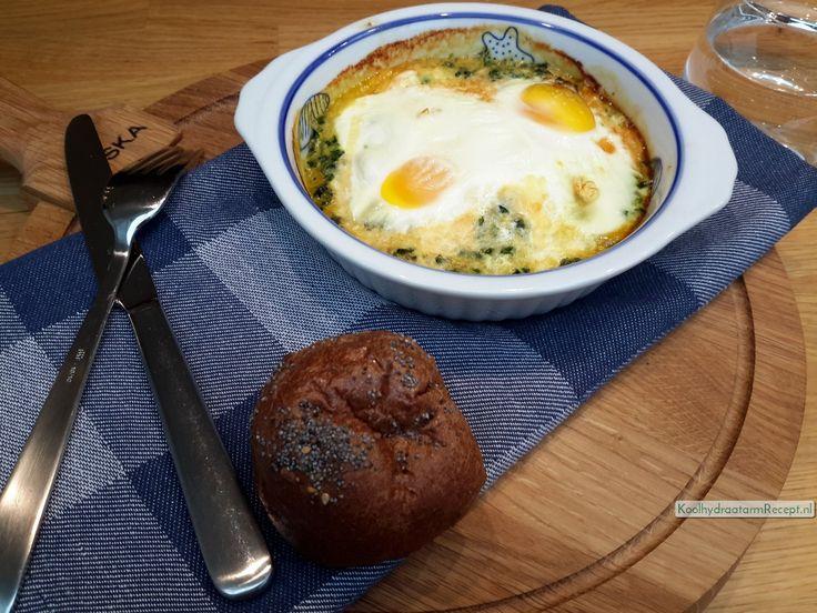 Dit verrukkelijke koolhydraatarme eipotje met spinazie heeft maar een paar simpele ingrediënten: spinazie, uitje, ei, kaas, room en wat kruiden.