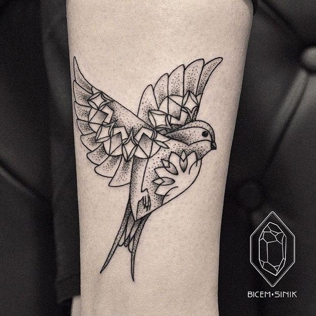 Inspire-se com Bicem Sinik, uma tatuadora de Istambul, que tem um trabalho bastante delicado, linhas finas, cria formas geométricas e dotwork (pontilhismo).