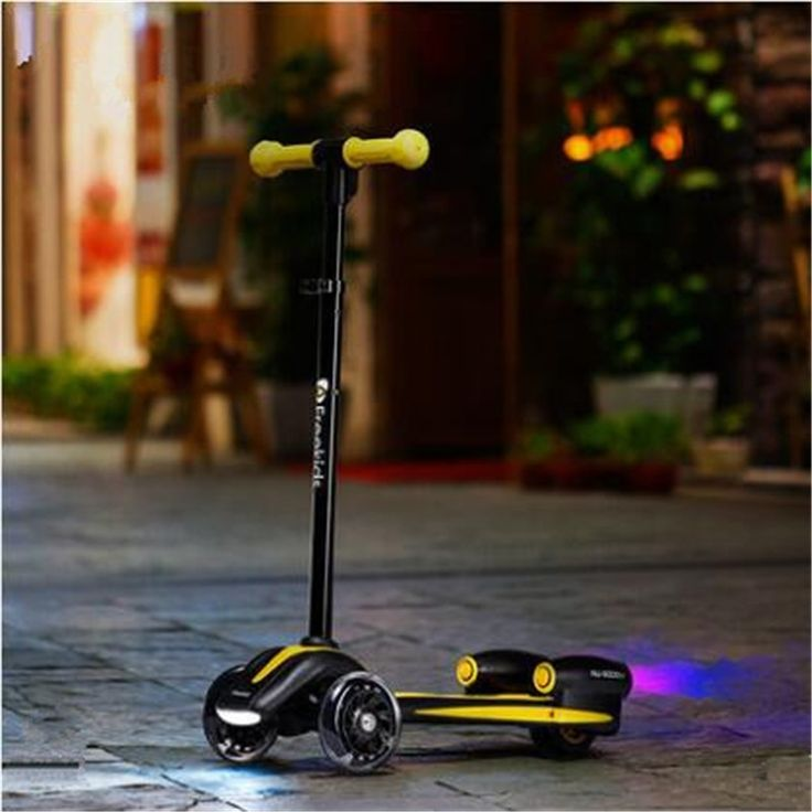 288.00$  Watch now - http://aliy67.worldwells.pw/go.php?t=32758144116 - Freekids children's folding scooter Flashing wheel spray function  tricycle pedal scooter 288.00$